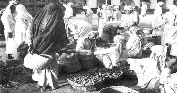 من أسواق المملكة الشعبية قديما صور من التاريخ صحيفة البلاد السعودية البلاد زمان Albiladdaily جدة Landmarks Natural Landmarks Art