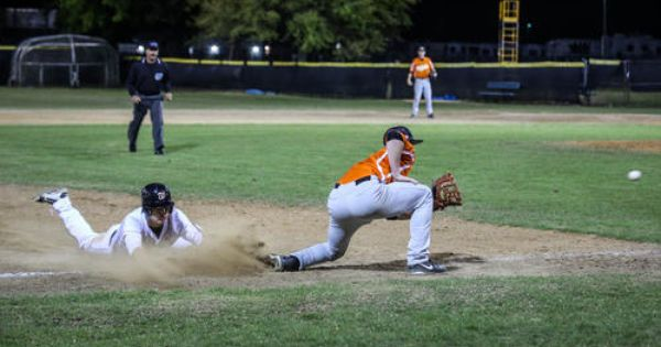 Winter Park S Hunter Lee 3 Steals Third Base With A Slide As Ovideo S Mitch Reeves 3 Waits For The Baseball Season High School Baseball High School Sports