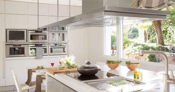 Cocina de dise o moderno con isla en blanco y gris - Cocina diseno moderno ...