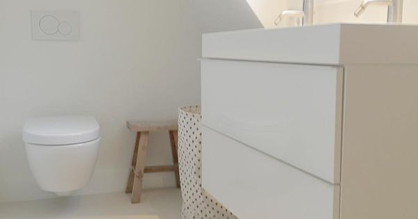 Badkamer onder schuin dak in kleine ruimte het past allemaal wasmand van hemanederland fijne - Badkamer onder het dak ...