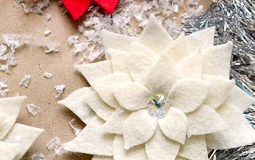 DIY felt Poinsettia Pin tutorial via @TidyMom. These would look so pretty