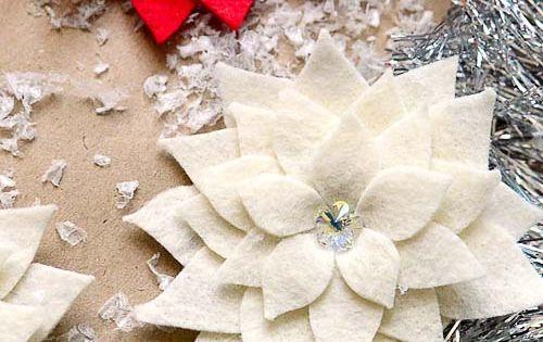 DIY felt Poinsettia Pin tutorial via @TidyMom. These would look so pretty