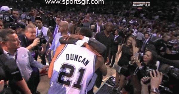 Tim Duncan And David Robinson Hug After The San Antonio Spurs Win The Nba Campionship San Antonio Spurs David Robinson Fun Sports