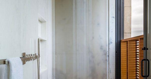 un caillebotis en bois au sol de cette douche l 39 italienne petite niche pour ranger les. Black Bedroom Furniture Sets. Home Design Ideas
