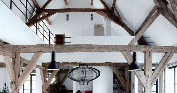 une ancienne grange r nov e en un loft bien charpent styles de maison paillettes et poutres. Black Bedroom Furniture Sets. Home Design Ideas