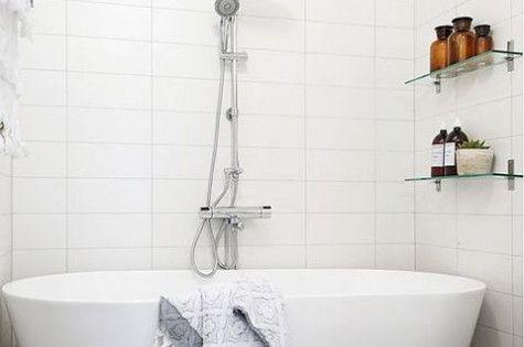 Une magnifique baignoire dans une petite salle de bain for Petites baignoires ikea