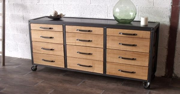 subtil m lange du bois et du m tal pour ce buffet au design industriel. Black Bedroom Furniture Sets. Home Design Ideas