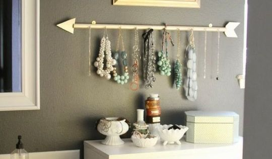 DIY: arrow jewelry hanger. Great idea