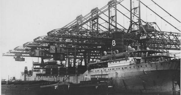 Brugkranen bij stuwadoorsbedrijf cornelis swarttouw in 1953 waalhaven pier 6 op de voorgrond - Centraal geschorste schoorsteen ...