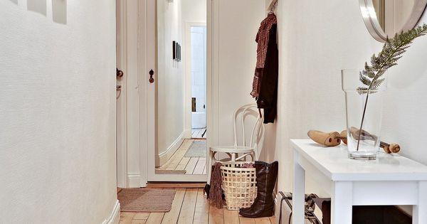 Couloir d 39 entr e d 39 un appartement blanc bois cadres sur un mur miroir sur l 39 autre mur deco for Couloir d entree