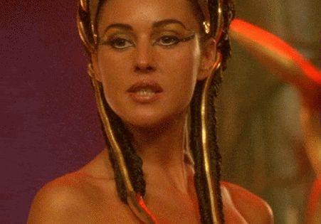 Monica bellucci as cleopatra from the french film asterix for Ensaladas francesas famosas