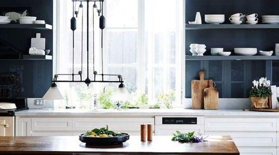 Cuisine Bleu Orage : Mur bleu orage côté fenêtre cuisine blanche et salle à