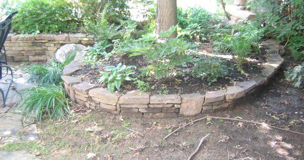 Un joli muret comme celui ci peut agr ablement entourer un for Amenagement jardin paysager