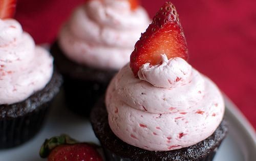 Meringue Cupcakes With Nutella And Strawberries Recipe — Dishmaps