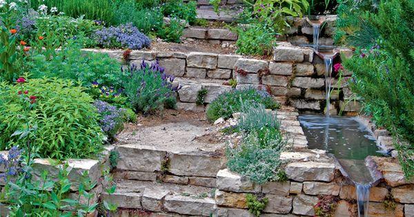 wasserlauf am gartenhang mit natursteinen und treppe im garten gartenhang garden hang tuin. Black Bedroom Furniture Sets. Home Design Ideas