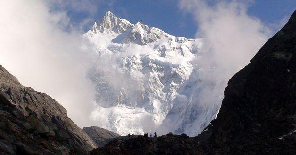 the mountain kangchenjunga located in the india nepal