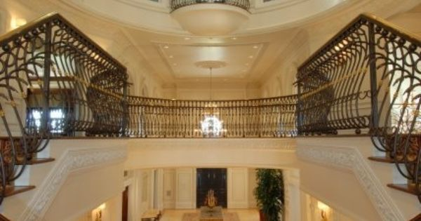Talk about making a grand entrance!!! This mansion in Texas has a