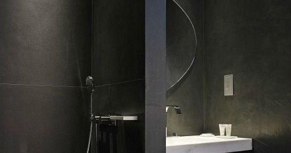 Bij een badkamer denk je aan fris wit en licht in plaats van aan een donkere ruimte zwarte - Wat kleur aan een badkamer ...