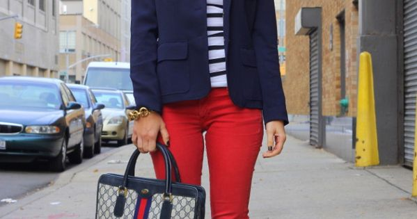 Navy blue blazer+ red skinny jeans + t-shirt = need red pants