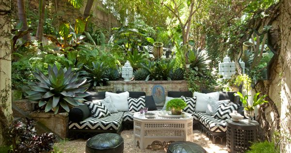 Tropical outdoor living space with black and white and for Decoracion patios pequenos