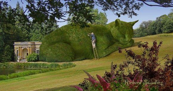イギリスの田園地帯に見られるイングリッシュ ガーデン その美しい庭園に 巨大な猫のトピアリー 常緑樹や低木を刈り込んで作成される造形物 が出現した アーバンガーデニング ガーデンアート トピアリー