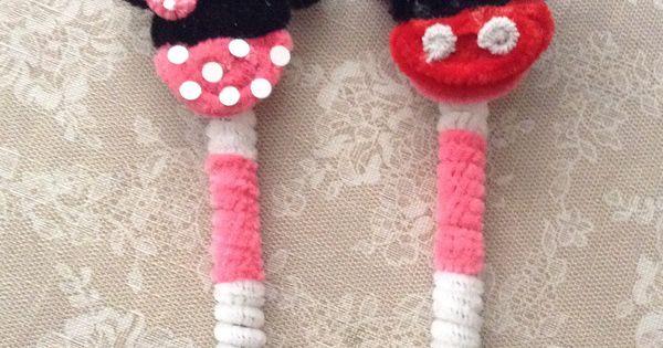 Plumas de minnie y mickey hechas con limpiapipas for Manualidades con plumas