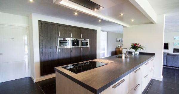 Moderne keuken met groot kookeiland en ingebouwde kast met - Moderne keukenbank ...