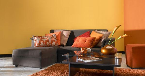 kleines wohnzimmer einrichten wandfarbe orange hochflor teppich ...