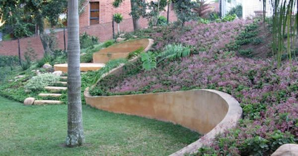 Curved Retaining Wall Hints Of A Cinder Block Wall That S Been Stucco D Over Concrete Retaining Walls Hardscape Retaining Wall