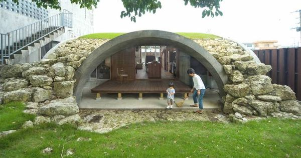 12 Brilliant Houses Built On Small Budgets Earth Sheltered Homes Cheap Building Materials Underground Homes