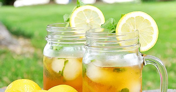An easy Iced Tea Recipe with Lemonade Ice Cubes & Mint Leaves!