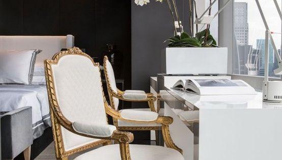 21 maneras de utilizar sillas antiguas en una decoraci n for Sillas antiguas tapizadas modernas