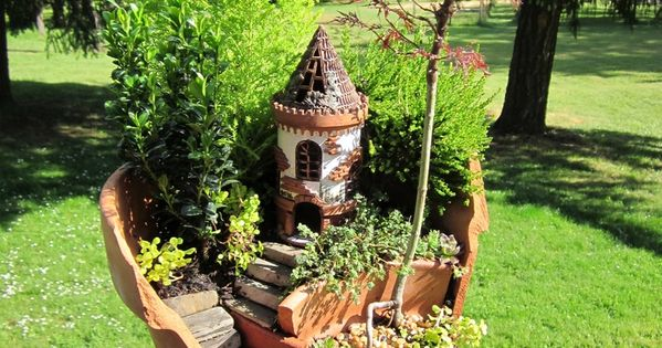 DIY Mini Gardens • Ideas Tutorials! Including this broken pot miniature garden