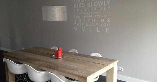 Tafel van steigerhout gemaakt door loft010 gecombineerd met de stoelen van eames lifs - Stoelen eames ...