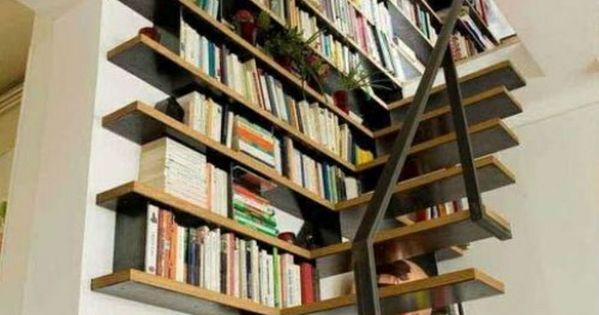etagere murale sous escalier en bois pour vos livres. Black Bedroom Furniture Sets. Home Design Ideas