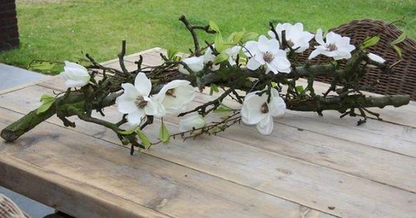 Decoratie takken met zijde bloemen om het op te fleuren for Decoratie op dressoir