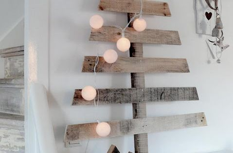 love this rustic Christmas tree.