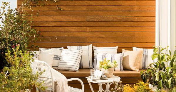 Peque a terraza con estar pared con lamas de madera - Cojines para sillas terraza ...