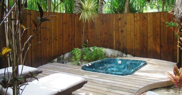 Patio trasero de madera con jacuzzi cascadas fuentes y - Fuentes para patios y jardines ...