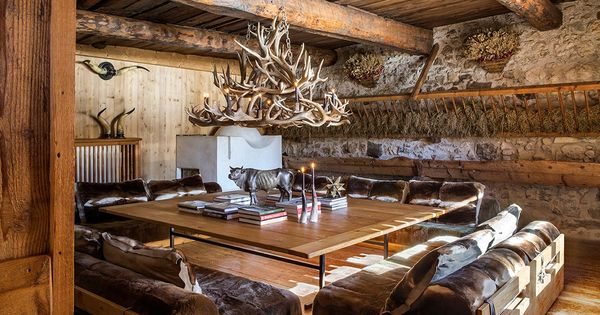 Mountain chalet soggiorno chalet con lampadario di corna for Piani di casa chalet svizzero