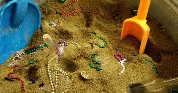 versteckter schatz mit den kindern spielen einfach einen eimer mit sand f llen ein paar kleinen. Black Bedroom Furniture Sets. Home Design Ideas