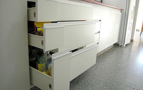 Muebles para cocina en melamina blanca con cantos en aluminio ...