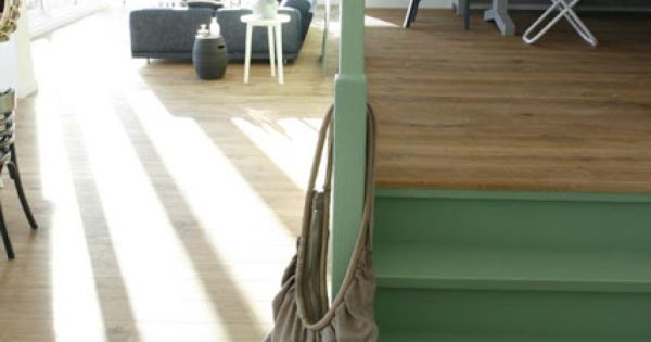 Leuk dat groene trapje bij het warme hout een welkom kleuraccent interieur groen - Groene warme of koude kleur ...