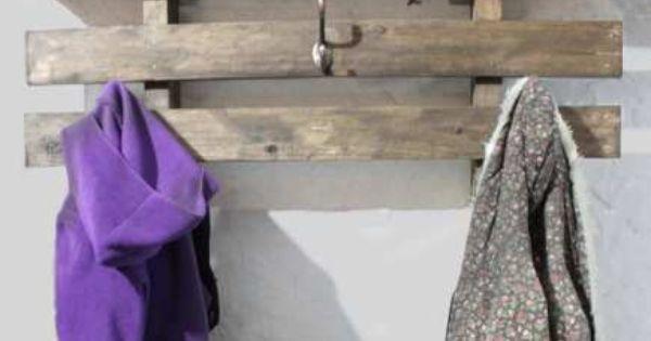 Perchero repisa en madera de pallet palet ideas con for Ganchos para repisas
