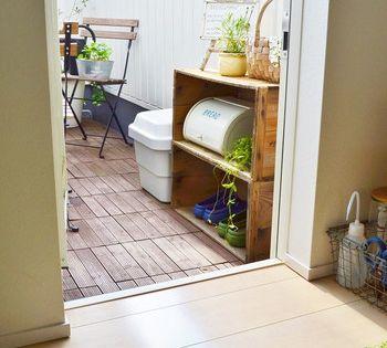 自宅ベランダをカフェのように 狭くても快適空間に変えるアイディア集 キナリノ マンションのバルコニー装飾 ベランダ ガーデンチェア