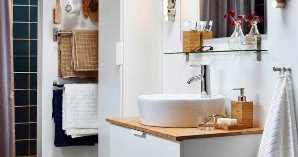Petite salle de bain blanche avec colonne de rangement et for Colonne salle de bain en bambou