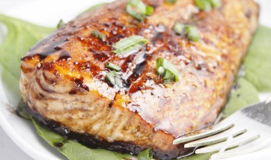 Balsamic and Raisin Glazed Salmon | Opskrift