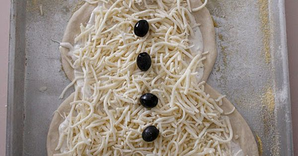 make snowman pizza on Christmas movie night! Thanks for the idea for