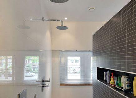 Moderne badkamer met praktische indeling inrichting badkamer pinterest badkamer for Idee betegelde toiletruimte