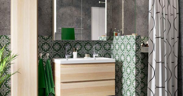 ein badezimmer mit godmorgon waschbeckenschrank mit 2 schubladen und godmorgon hochschrank. Black Bedroom Furniture Sets. Home Design Ideas